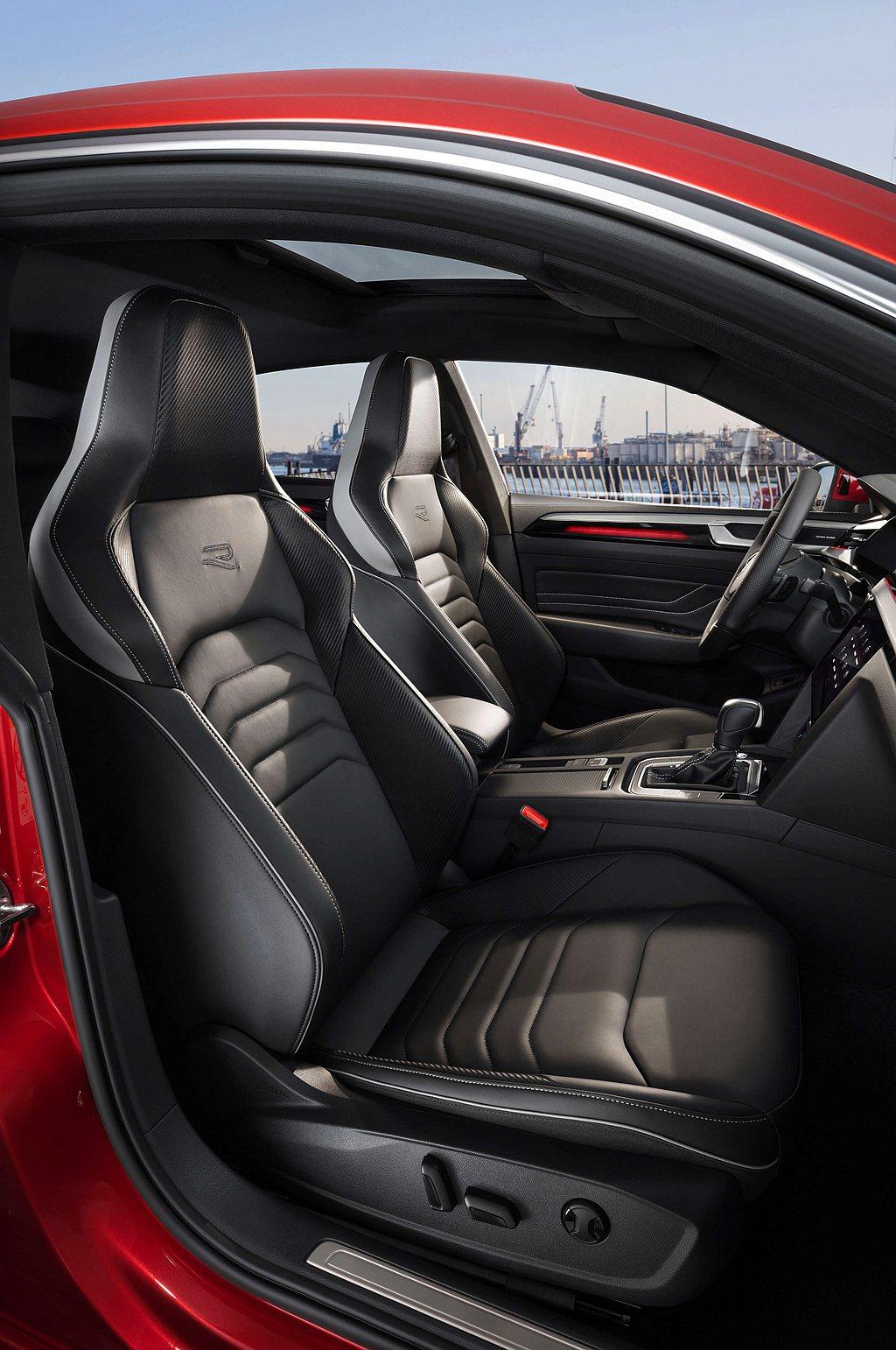 R-Line車型使用Nappa Carbon碳纖維紋真皮跑車座椅,兩側提供更全面...