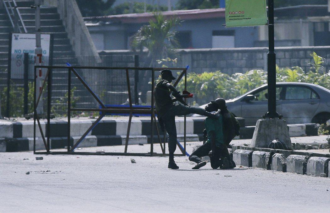國際特赦表示,在20日收費站掃射前,事發地點周邊並沒有執法人員陪同軍隊;收費站的...