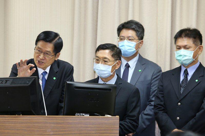 國防部長嚴德發(左一)上午出席立法院外交及國防委員會,進行報告並備質詢。記者林伯東/攝影