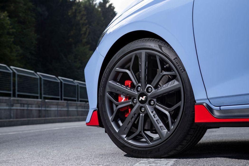 全新Hyundai i20 N採用上頭印有「HN (Hyundai N)」標誌的...