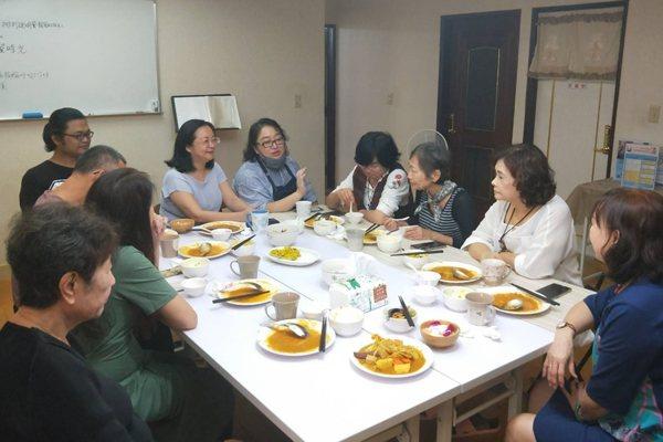 汪君珆在平台上發起身心靈健康生活覺識課程,吸引許多熟齡族參與。 圖/汪君珆提供