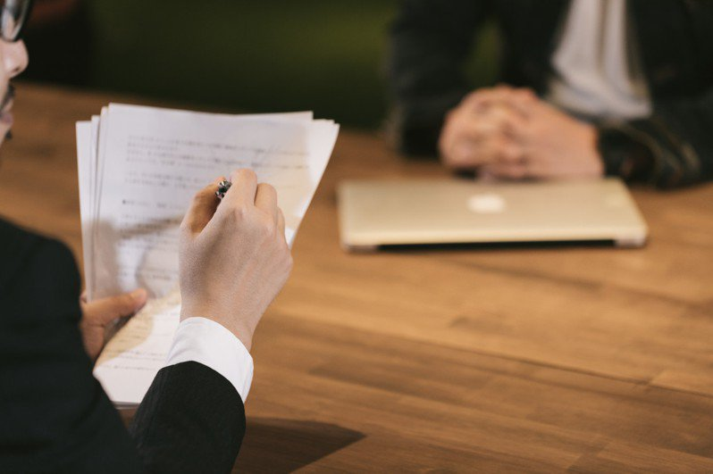 有網友表示,部分老闆喜歡用無相關背景者,一來因為好教,二來較便宜。 圖/pakutaso