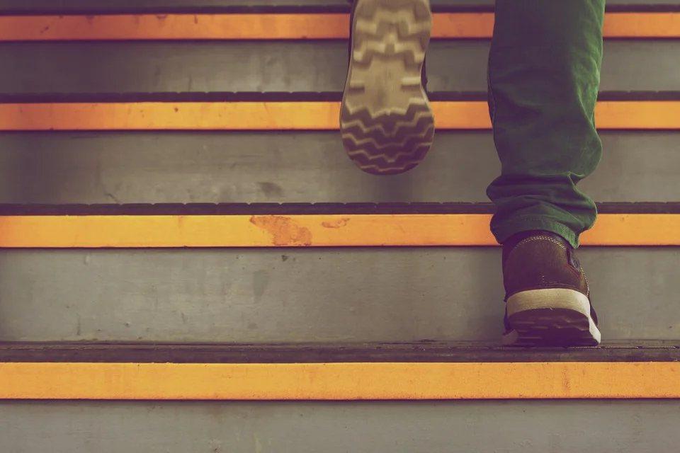 除從飲食下手,還要做適量負重運動,如深蹲、爬樓梯、舉啞鈴等讓身體有出力的運動,減...