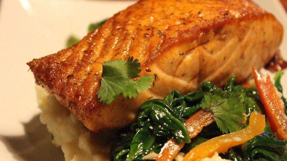 饮食方面,鲭鱼、鲑鱼、秋刀鱼、香菇、黑木耳等食材,均富含维生素D。 图/pexe...