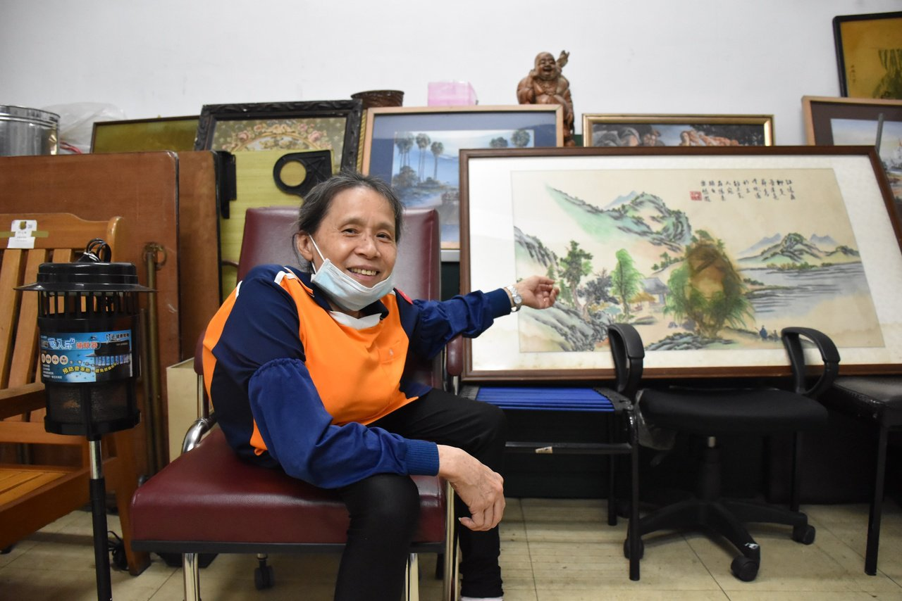廖美尾說,在二手商品中,畫作也是意外熱門商品之一。 圖/江婉儀 攝影