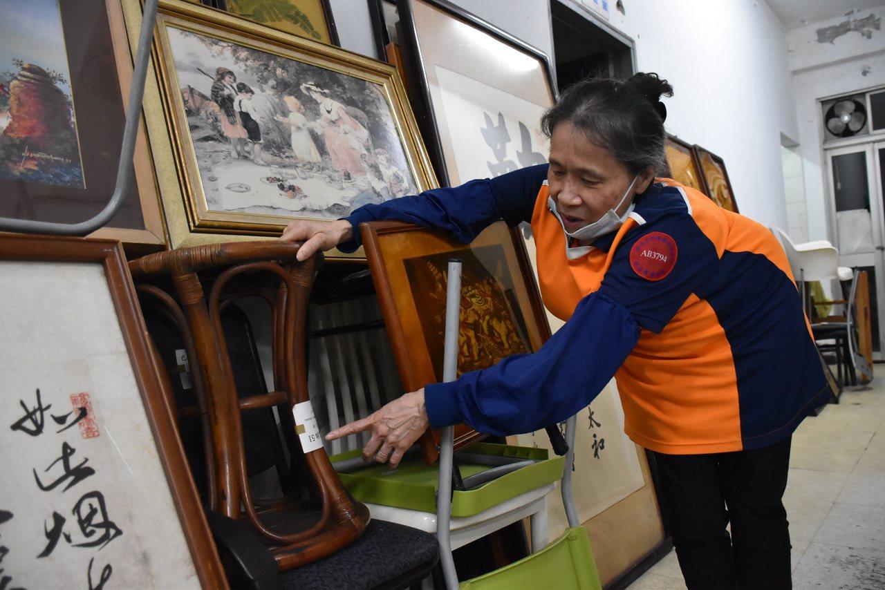 新北市新店區清潔隊員廖美尾從4年開始嘗試將廢棄家具重新整理。 圖/江婉儀 攝影