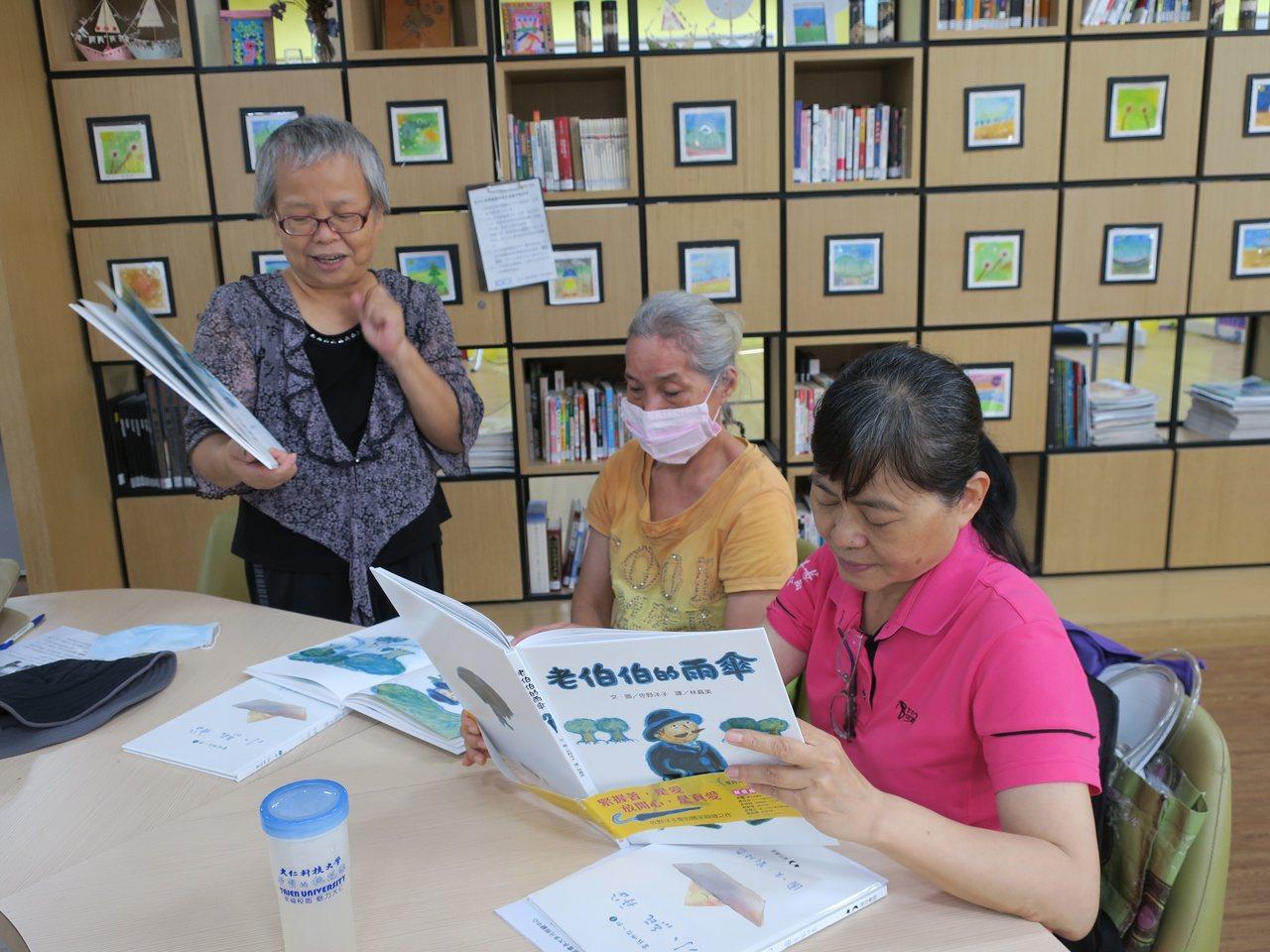 繪本行動員每周舉辦讀書會。 圖/畢嘉士基金會提供