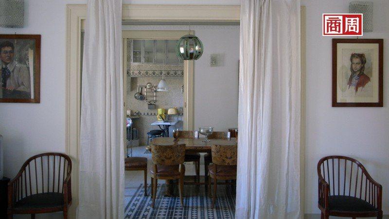 從客廳到飯廳及廚房,半通透的開放空間既有層次感又能維持隱私 (攝影者.張智強)