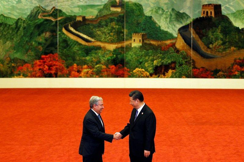 近期多件國際時事皆涉及聯合國與中共關係。圖為聯合國秘書長古特瑞斯與中國國家主席習近平於中非合作論壇上會面,攝於2018年。 圖/路透社