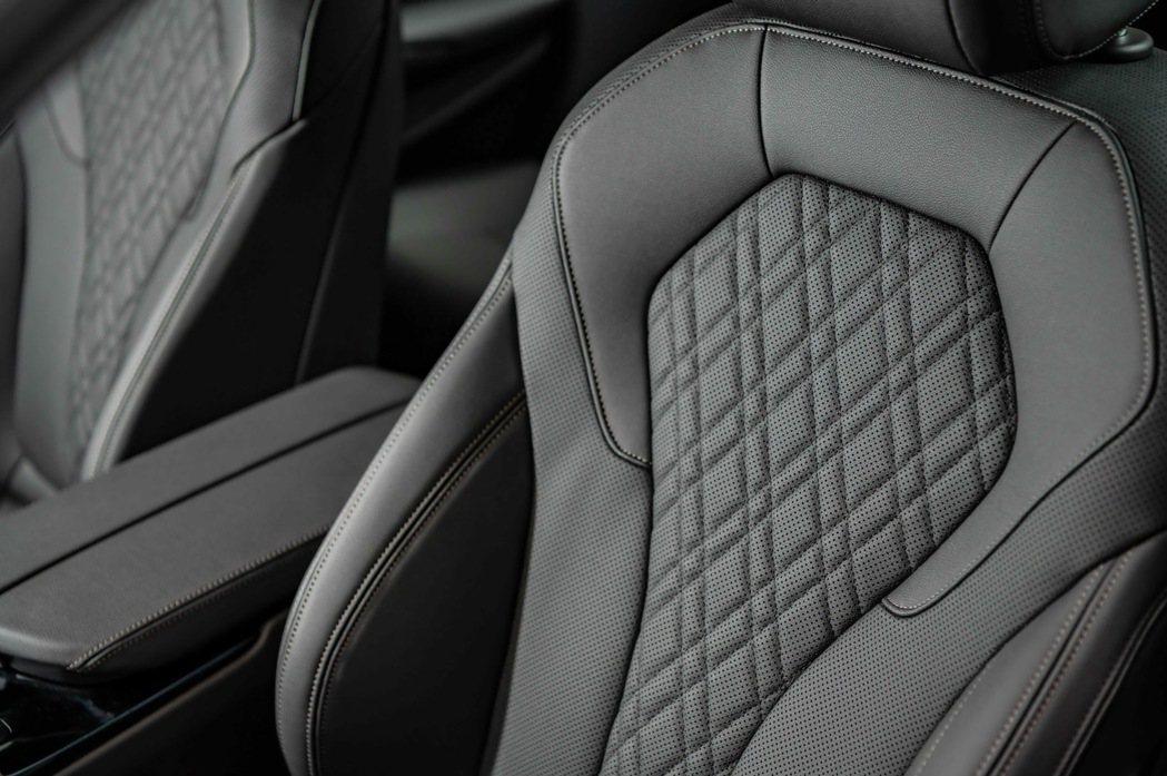 全新BMW 520i M Sport標準配備Sensatec 2.0皮質包覆並加...