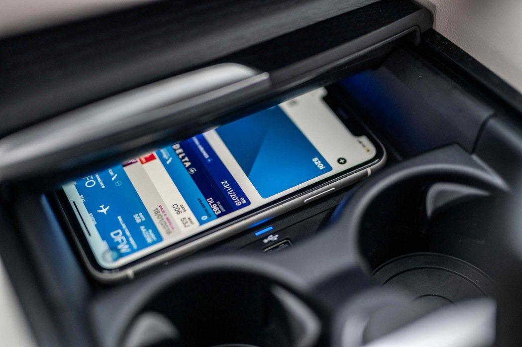 引領車壇的iPhone手機數位鑰匙功能,除開鎖、解鎖功能外,只要將手機放在無線充...