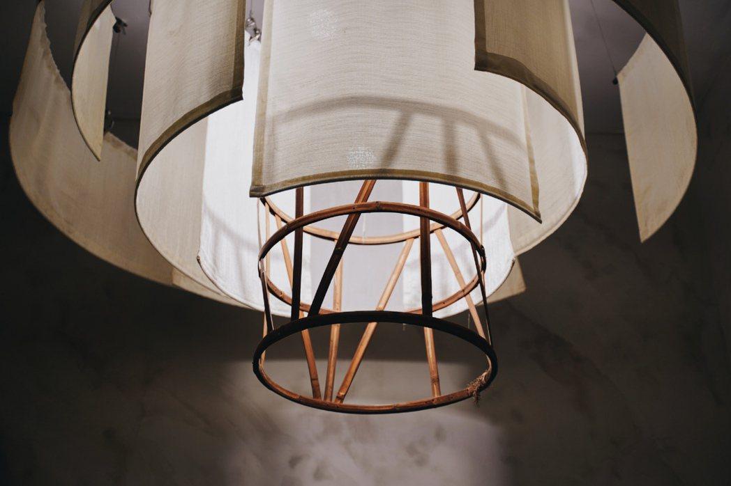 Wangtea Lab以焙籠骨架延伸設計出燈具。 圖/沈佩臻攝影