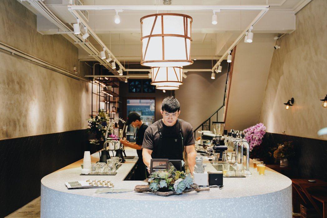 Wangtea Lab一樓吧台上三盞燈的造型,呼應著焙籠間的焙窟。 圖/沈佩臻攝...