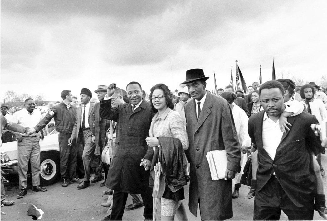 爭取解除限制的《投票權法》在1965年通過,非裔選民的登記數量也由此出現了明顯的...