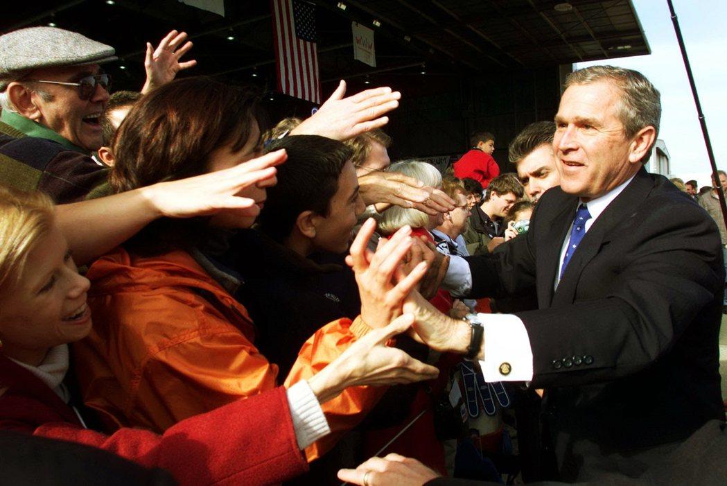 2000年勝選的小布希。2000年在民主黨高爾與共和黨小布希的爭霸戰中,佛羅里達...