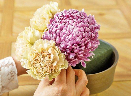 【碗花】康乃馨鋪陳在牡丹菊的左邊。 圖/蘋果屋出版社提供