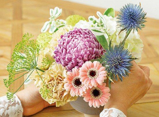 【碗花】紫薊剪枝,高低分配在牡丹菊右方。 圖/蘋果屋出版社提供