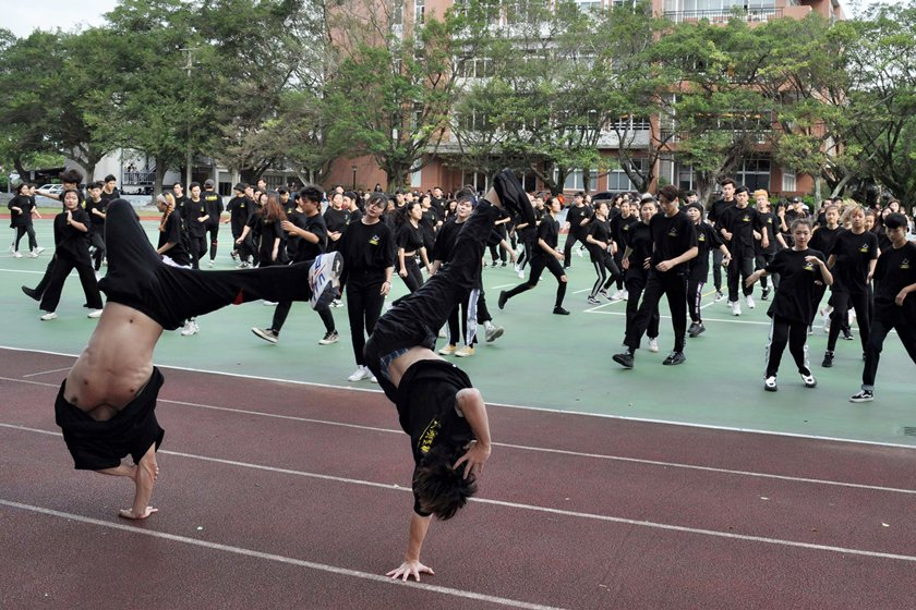表演藝術系大一新生勁歌熱舞賀校慶,大秀單手倒立舞技。 校方/提供