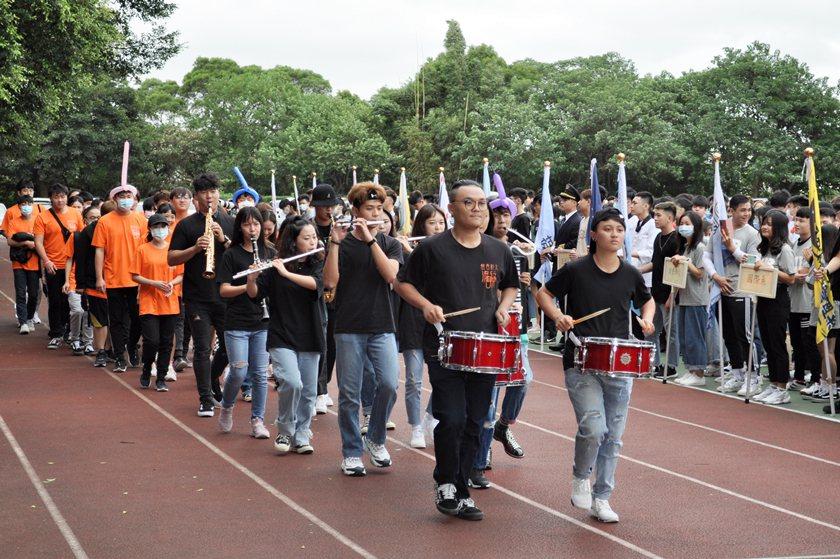 流行音樂學程學生別出心裁,演奏音樂進場。 校方/提供
