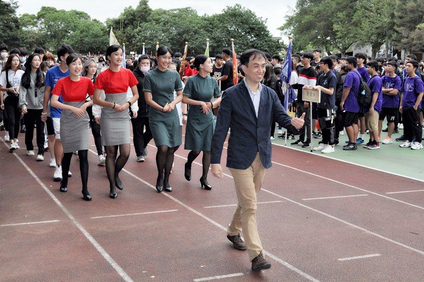 旅運管理系主任陳瑞峰率領穿著空姊制服同學進場,美麗隊伍吸睛效果十足。 校方/提供