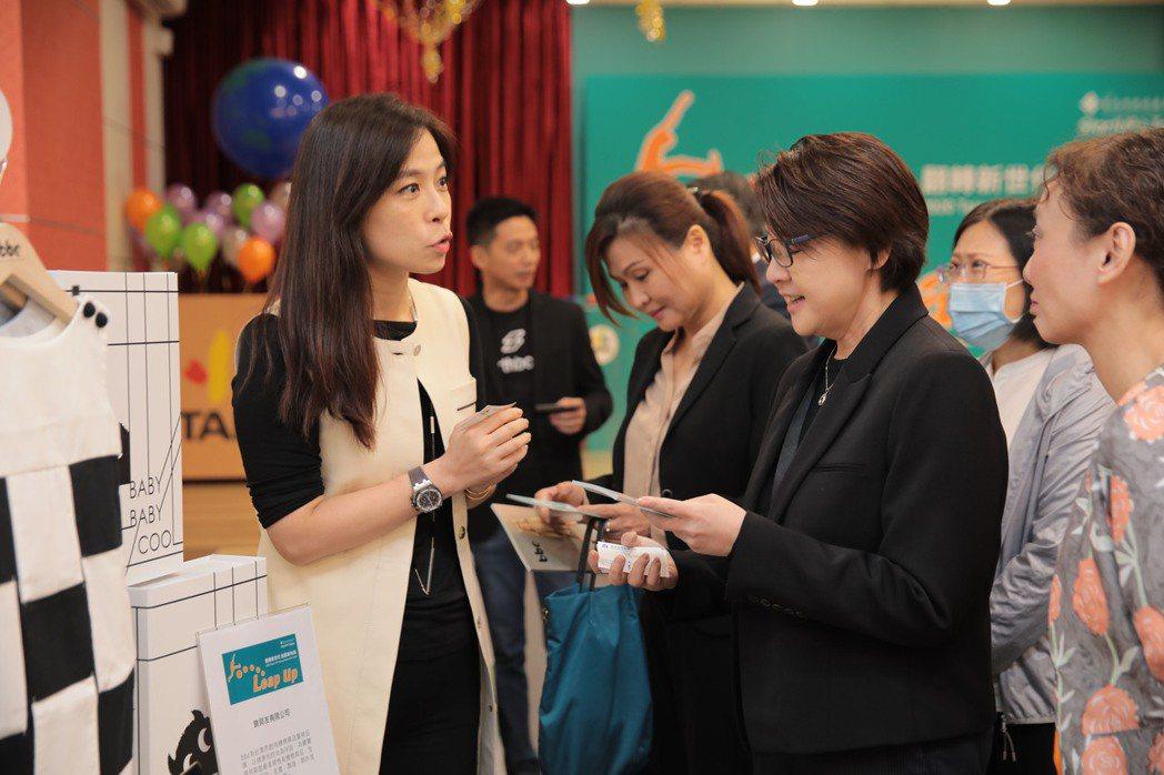 臺北市黃珊珊副市長及產業發展局吳欣珮副局長與現場參展新創團隊交流互動。