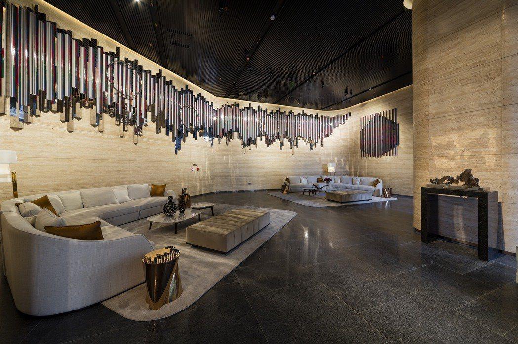 大廳廊道會客區,同時也是公共藝術展示中心。 業者/提供