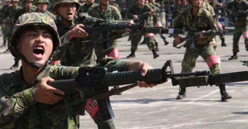 國防部長嚴德發今天表示,若總統動員令一下,約26萬名後備軍人就要報到,加上18.5萬名的現役軍職人員,約45萬人將是第一時間防衛作戰主力。本報資料照