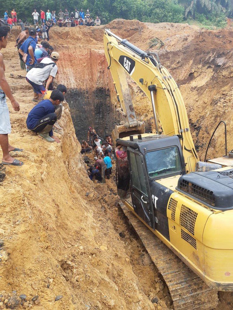 印尼近期連日豪雨導致土石崩落,造成南蘇門答臘省(South Sumatra)一座村落附近的煤礦坑11名礦工喪命。圖/歐新社