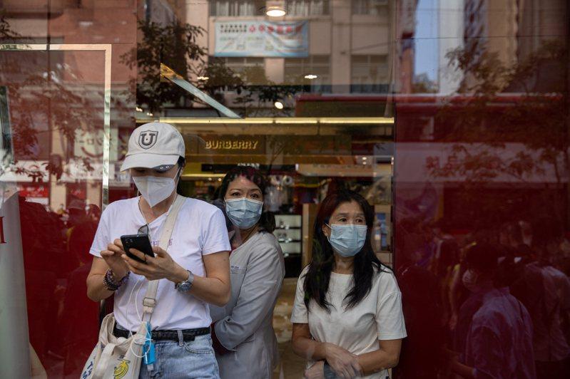 香港22日新增11宗新冠肺炎(2019冠狀病毒疾病,COVID-19)確診個案,其中10宗為海外移入,1宗為本地傳播但源頭不明的病例。 歐新社