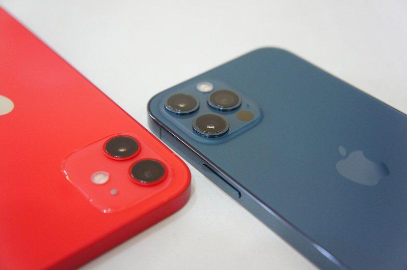 iPhone 12 Pro(右)搭載三鏡頭相機,可拍攝最高4K 60 fps格式影片,且夜間模式可拍攝具有景深效果的人像照。左為配備雙鏡頭相機的iPhone 12。圖/中央社