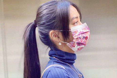日本男星木村拓哉的女兒木村光希21日在社群網站分享戴上台灣醫療耗材品牌中衛與精品品牌推出的聯名口罩照片,她也寫下,「捨不得丟掉」,難掩喜歡。木村光希今天在Instagram曬出戴著聯名口罩的照片,寫...