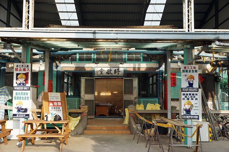 嘉義市府文化局邀請台南木作匠師蕭勝壬等人,修復台斗街上的林宅時敏堂。圖/嘉義市府提供