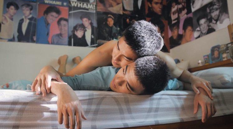 阿漢的房間掛滿了張國榮、郭富城、Wham樂團的照片,呈現出青春期男性對男偶像的那...