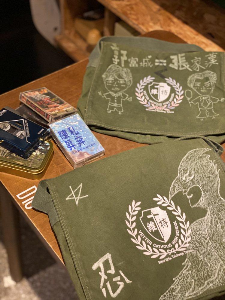 使用到的卡帶、錄音機隨身聽道具,書包上的塗鴉都是陳昊森、曾敬驊自己操刀的。記者吳...