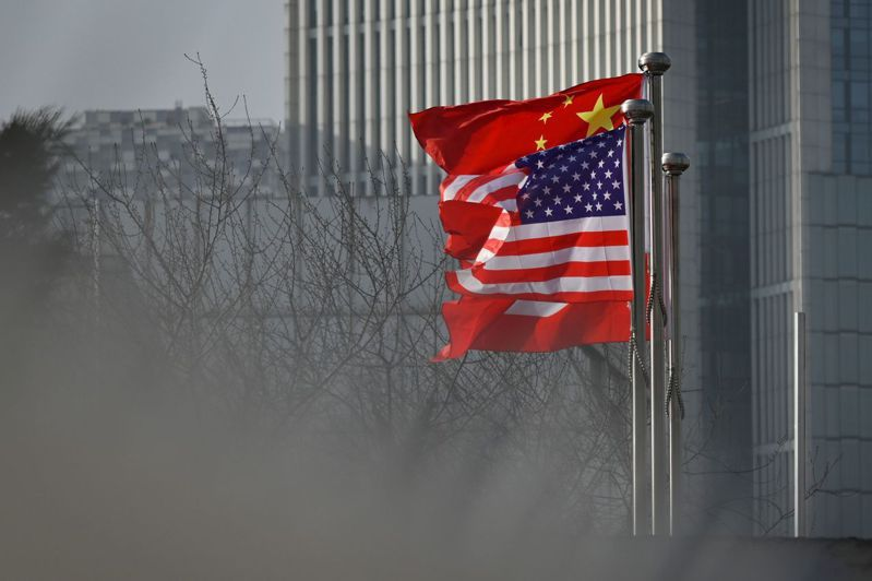 美再指定第一財經等6家中國大陸媒體機構為外國使團,圖為美國與中國大陸國旗。法新社