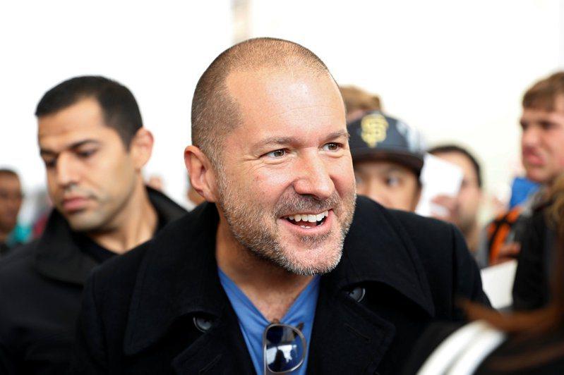 民宿訂房平台Airbnb宣布將與蘋果公司前首席設計師艾夫(Jony Ive,見圖)合作。(路透)