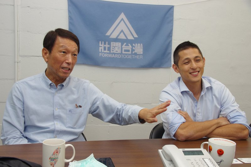 吳怡農(右)說,今年8月壯闊台灣舉辦國防營,邀李喜明講述從軍半生的心路歷程,學員都很感動。記者程嘉文/攝影