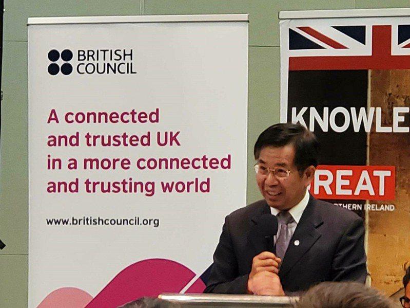 教育部長潘文忠與英國在台辦事處正式簽署教育合作意向書,未來雙方將在英語教學、學習及評量部分共同合作,促進雙語國家政策目標。圖/教育部提供