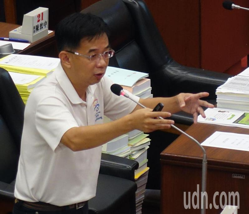 高雄市議員郭建盟建議高雄市政府建置手機APP讓市民隨時查看最近的防空避難設施在那裡。記者楊濡嘉/攝影