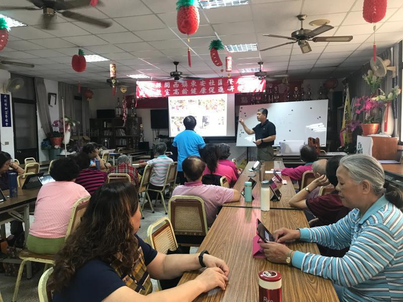 疫情穩定後,可看到許多民眾在DOC教室、及在社區空間中拿著平板及手機上課。圖/新竹縣政府提供