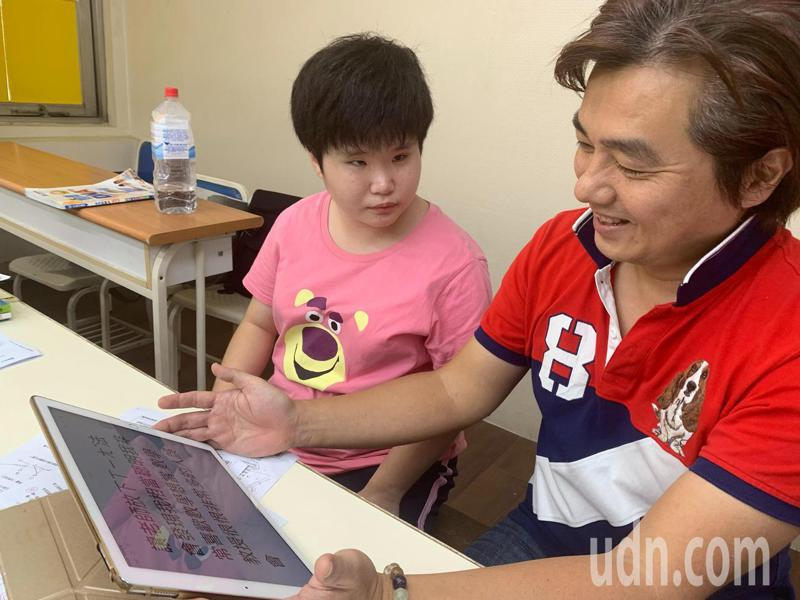 多重障礙生柯虹宇(左)以打字告訴補教老師洪安(右):請老(師)放下想法會發現我相當聰明我非常喜歡數學......。記者徐如宜/攝影