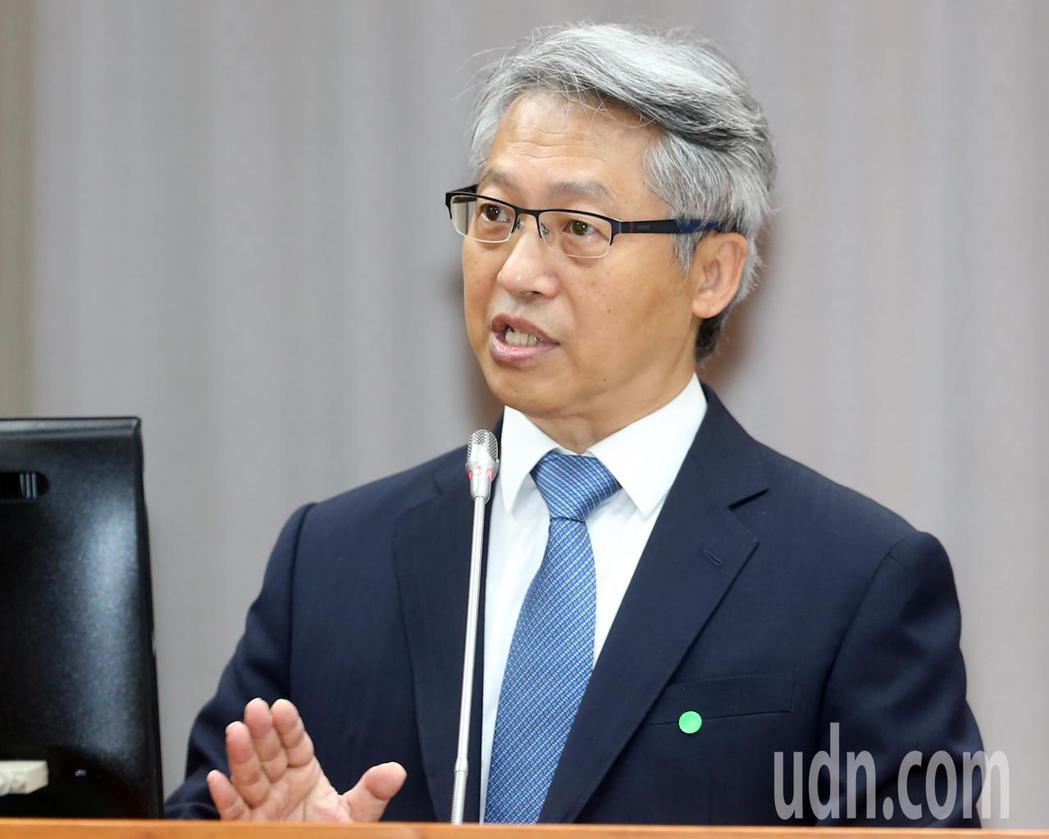中研院長廖俊智上午在立法院答詢時表示,他預估國內疫苗最快在明年中、或更晚才會上市...