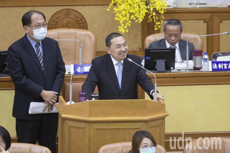 新北市議員李坤城建議成立「雙北捷運公司」,新北市長侯友宜(右)說,交通部必須來協調。記者王敏旭/攝影