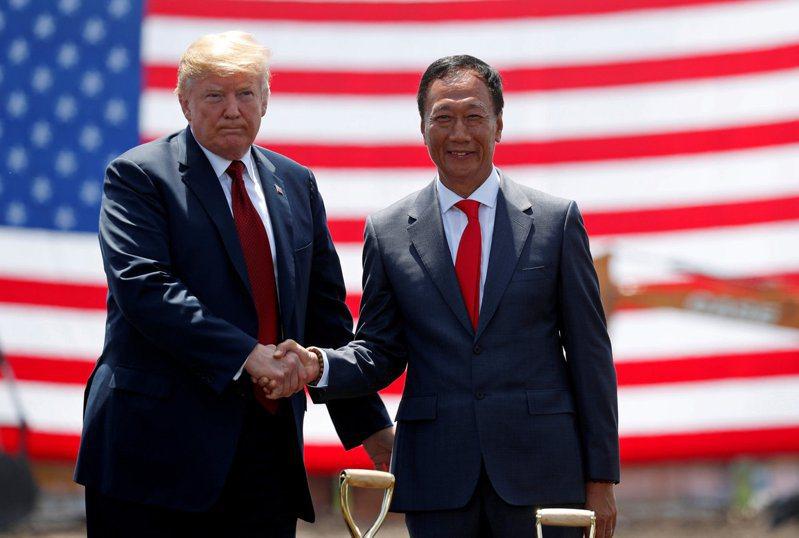 美國總統川普2018年6月28日在鴻海威斯康辛州廠破土典禮上與鴻海創辦人郭台銘握手的檔案照。REUTERS/Kevin。路透