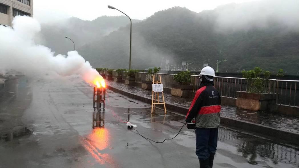 翡管局於今(22)日上午10時30分於翡翠大壩壩頂進行地面人工增雨作業,協助增加...