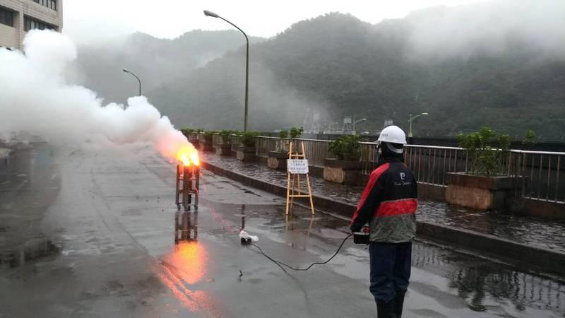 翡管局於今(22)日上午10時30分於翡翠大壩壩頂進行地面人工增雨作業,協助增加石門水庫集水區降雨量。圖/翡管局提供