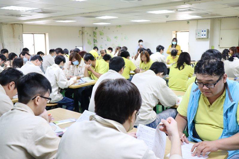 相互股份有限公司因受美中貿易戰影響,決定撤離台灣,今啟動第一梯次大量解僱412名勞工,其中116名移工因疫情關係反而變成很搶手,已有8成找到新工作。圖/新北勞工局提供