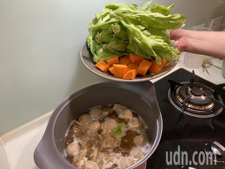 衛福部彰化醫院建議吃羊肉爐的時候多添加蔬菜,減緩補藥熱性。記者簡慧珍/攝影