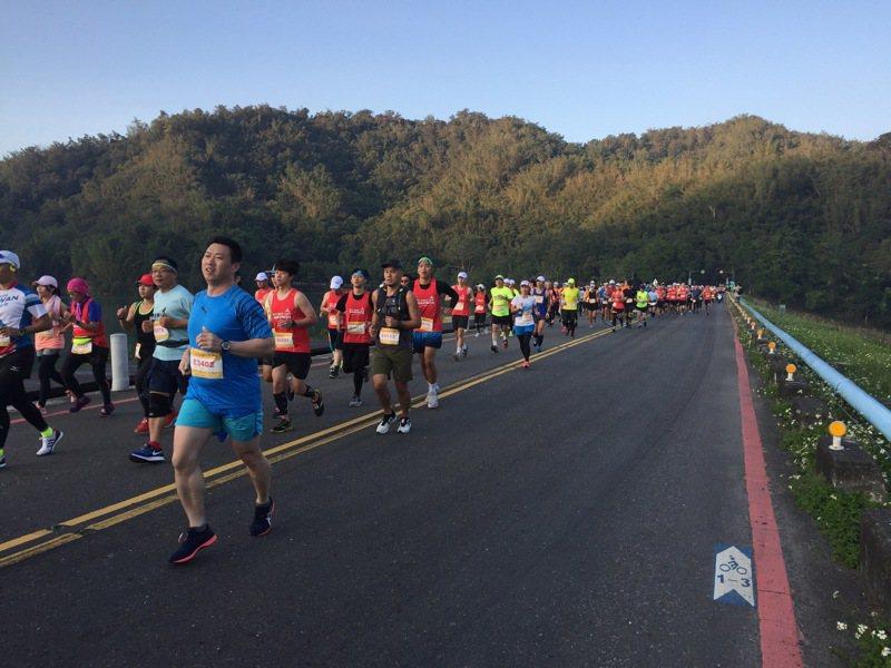 全國最美的日月潭環湖馬拉松本周日登場,今年已吸引超過 5000 位跑者報名。圖/日管處提供
