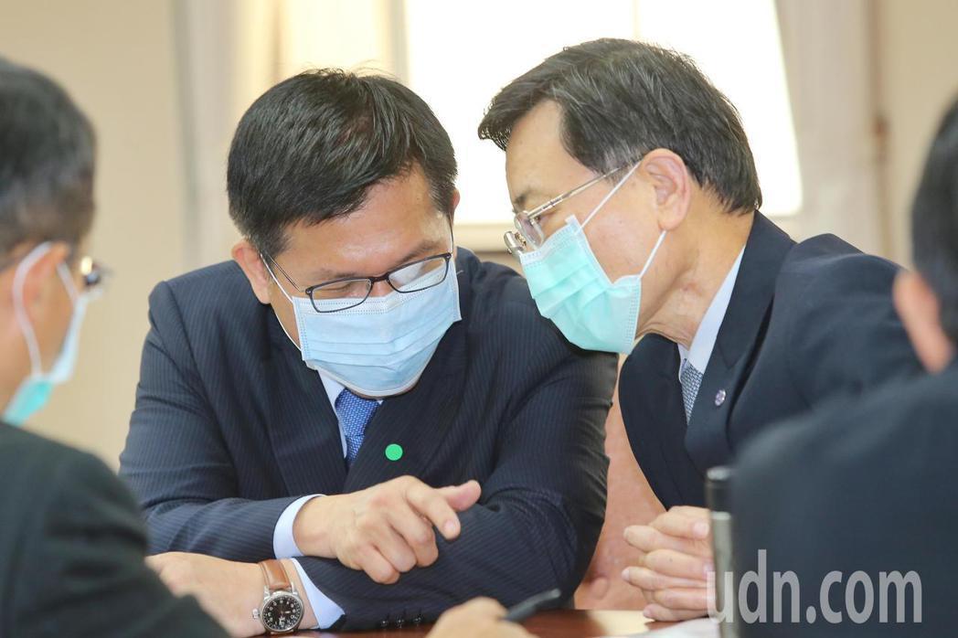 交通部長林佳龍(左)上午表示,台鐵這次鋼軌斷裂涉及疏失包含鋼軌巡檢、事件通報和安...